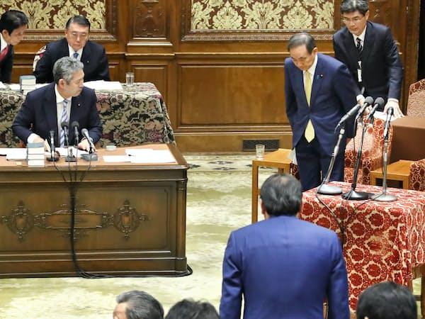 衆院議運委で退位特例法案が可決され、一礼する菅官房長官(1日)