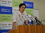 記者会見する大阪市の吉村市長(1日、市役所)