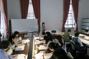 京都府京都文化博物館別館で開かれている古代学講座には老若男女が集う