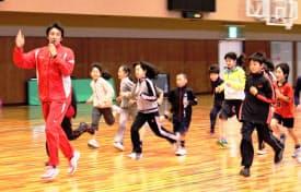 「NOBY T&F CLUB」では熱心に子どもたちを指導する