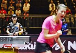 女子シングルス準決勝 丁寧(手前)にポイントを奪われた平野美宇(3日、デュッセルドルフ)=共同
