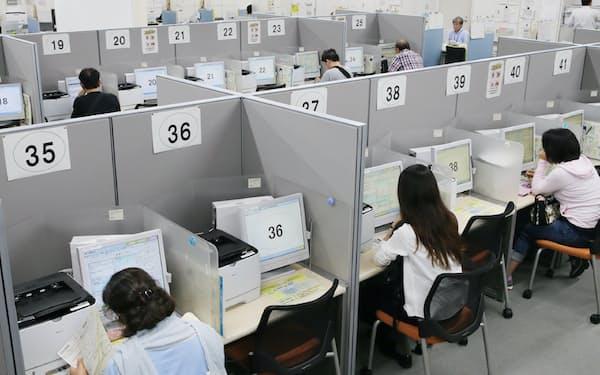 働く世代にのしかかる現在負担が所得や消費を抑制しているようだ