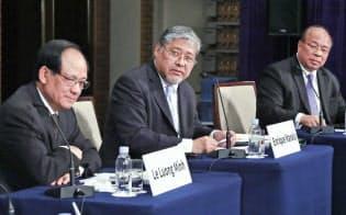 「ASEANの半世紀と次の50年」をテーマに討論する(左から)ASEAN事務局長のレ・ルオン・ミン氏、フィリピン外務次官のエンリケ・マナロ氏、ミャンマー国家安全保障顧問のタウン・トゥン氏(5日、東京都千代田区)