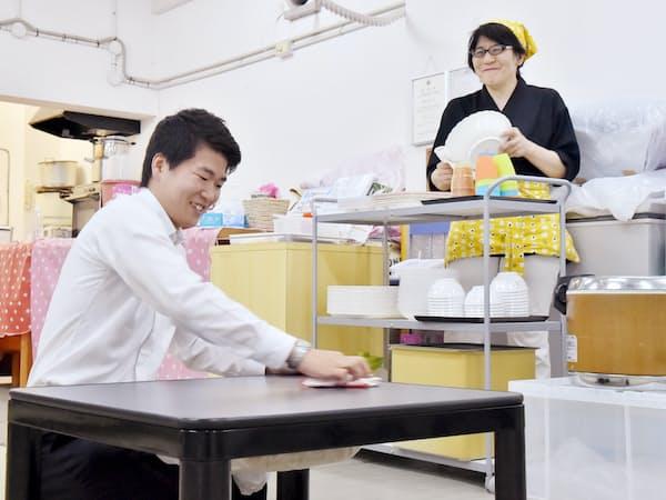 食堂の後片付けをする伊藤政貴さん(左)と母の睦美さん(大阪府池田市の池田こども食堂さくら)