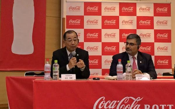 事業計画を説明するコカ・コーラボトラーズジャパンの吉松民雄社長(左)(6日、都内)