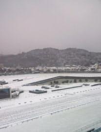 雪の小倉競馬場。競馬開催は2日後に延期(2月11日)