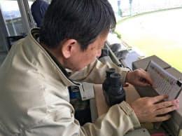 福島競馬場の放送席でぬり絵を見ながら(4月15日)
