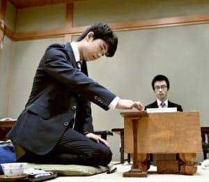関西将棋会館で対局する藤井四段(7日午前、大阪市)=共同