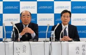JASRACは7日に記者会見を開き会長で作詞家のいではく氏(左)が「クリエーターを尊重してほしい」と訴えた