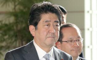 安倍首相は憲法改正に照準を定めている(9日午前、首相官邸)