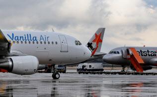 成田空港ではLCC発着回数が直近3年間で3倍以上に増えている(ジェットスターとバニラエアの機体)