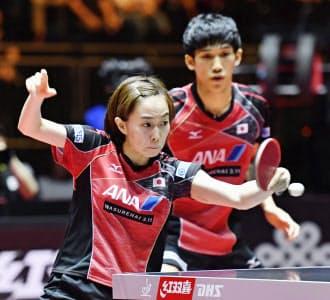 卓球混合ダブルスなどが新種目に採用された(世界卓球で優勝した吉村・石川組)=共同