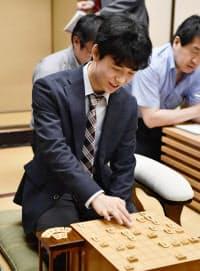 連勝記録を歴代単独2位の「25」に更新し、対局後に笑顔を見せる藤井聡太四段(10日午後、東京都渋谷区の将棋会館)=共同