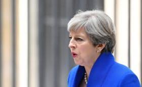 メイ英首相の政権基盤の不安定さは続く(9日、ロンドン)=ロイター