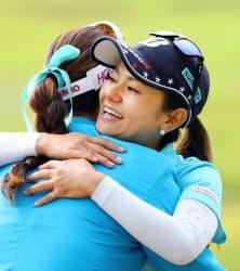 表彰式を終え、優勝したキム・ハヌル(左)と抱き合う宮里藍(11日、六甲国際GC)=共同