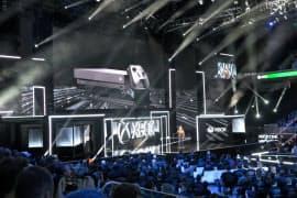 米マイクロソフトは11日、家庭用ゲーム機「Xbox」で画像処理能力を高めた新機種を発表した。(ロサンゼルスで開いた発表会)