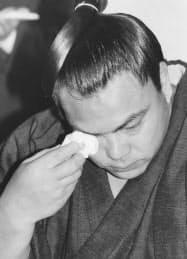 涙ながらに引退を表明する千代の富士(91年5月)