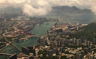 着陸前の飛行機から見る香港(筆者撮影)