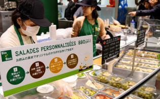 イオンの「ビオセボン」では有機の農産物や輸入ワインなどを扱う(東京都港区)