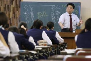 憲法改正論議のテーマの一つに高等教育の無償化が浮上している(県立千葉女子高校の授業風景=千葉市稲毛区)
