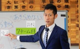 日本サッカー協会の夢先生として子どもたちに授業をする=JFA提供