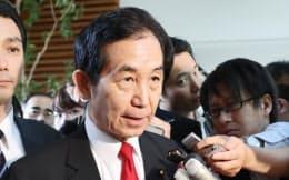 閣議後、記者の質問に答える山本地方創生相(16日午前、首相官邸)