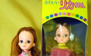 復刻版2代目リカちゃん(右)と発売当時の2代目リカちゃん(まんだらけの東京都中野区の店舗)
