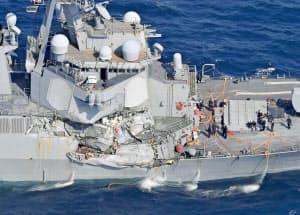 コンテナ船との衝突で損傷した米海軍イージス駆逐艦フィッツジェラルドの右舷部分(17日午前、静岡県下田市沖)=共同