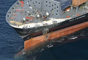 米海軍イージス駆逐艦との衝突で破損したコンテナ船の船首部分(17日午前、東京・伊豆大島沖)=共同