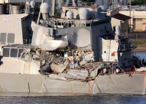 コンテナ船と衝突し損傷した米イージス艦「フィッツジェラルド」の右舷部分(17日午後、神奈川県横須賀市の横須賀港)