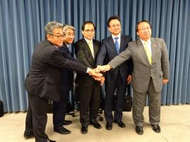 MOPの発足を発表した化学大手4社の幹部と物質・材料研究機構の橋本理事長(中)(19日、都内)
