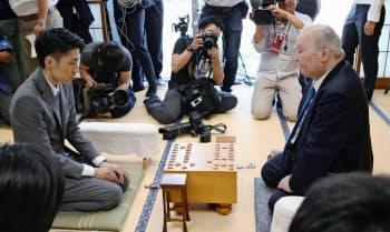 竜王戦ランキング戦で高野智史四段(左)との対局に臨む加藤一二三・九段(20日午前、東京都渋谷区の将棋会館)=共同