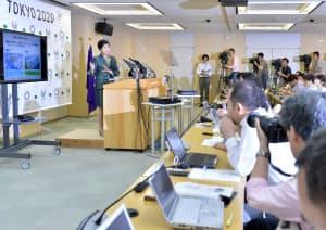 記者会見する小池都知事(左)(20日午後、都庁)