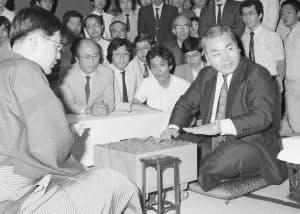 1982年7月、中原誠名人(左)から名人位を奪取した加藤一二三氏=東京都渋谷区の将棋会館