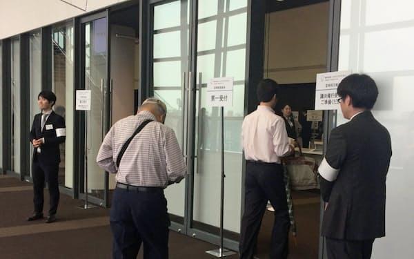 会場入りするJDIの株主(21日、東京都渋谷区)