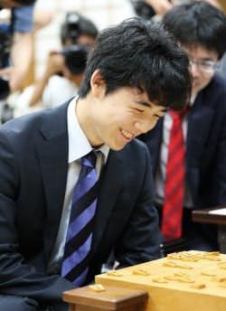 澤田六段との対局に勝利し、28連勝を達成した藤井聡太四段(21日午後、大阪市福島区の関西将棋会館)