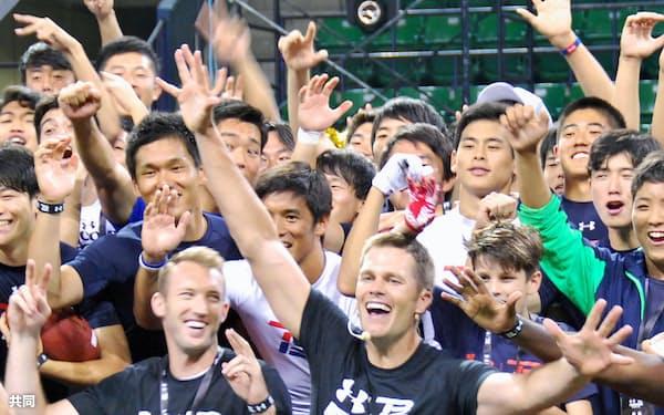 若手選手を指導したペイトリオッツのQBトム・ブレイディ=手前右(21日、東京都江東区の有明コロシアム)=共同