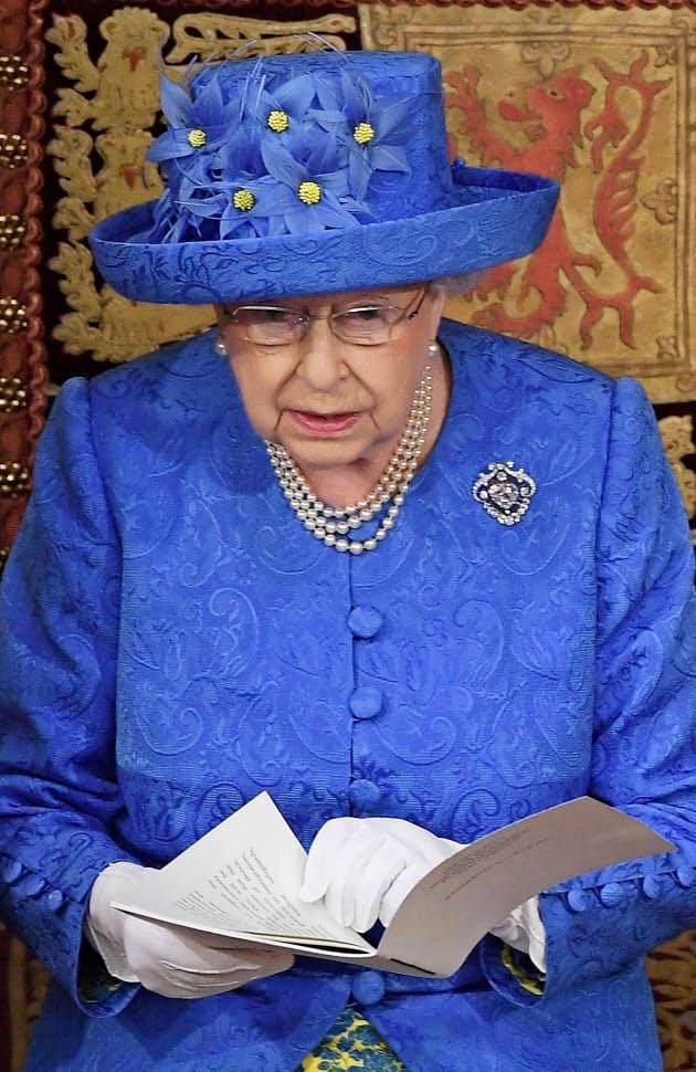 エリザベス女王の青い帽子がEUの旗に似ていると話題を呼んだ(21日、ロンドン)=ロイター
