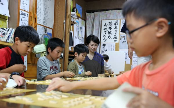 「ふみもと子供将棋教室」で将棋を指す生徒(21日午後、愛知県瀬戸市)