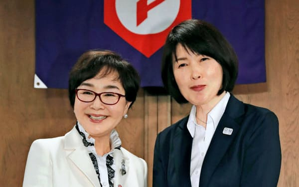 初の女性理事として選任された寺田氏(左)と小笠原氏(5月、大阪市)=共同