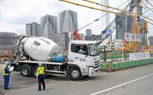 五輪施設の工事本格化で建設資材の需要が活気を取り戻しつつある(東京都中央区の五輪選手村の工事現場)