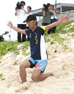 砂浜でテレマーク練習する葛西