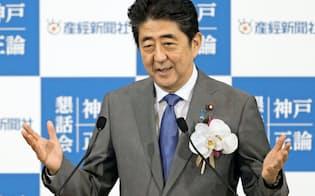 神戸市で講演する安倍首相(24日午後)=共同