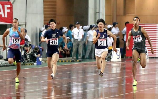 男子100メートル決勝で力走する(右から)10秒05で優勝したサニブラウン、2位の多田、4位の桐生、3位のケンブリッジ(24日、ヤンマースタジアム長居)=淡嶋健人撮影