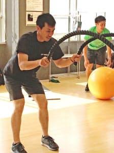 スイープ力向上のため、重りをつけた縄を上下させるトレーニングに取り組む清水。奧は両角公(長野県軽井沢町)