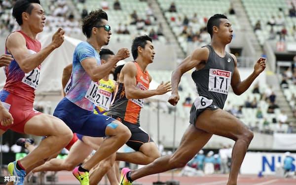 男子200メートル決勝、20秒32で優勝したサニブラウン・ハキーム=右(25日、ヤンマースタジアム長居)=共同