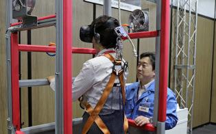 VRの映像に衝撃や風も加えて臨場感を高める(富士通の安全研修用のデモ機)