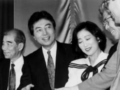 首相になった日本新党の細川護煕代表(中央)と小池百合子氏(1993年6月、東京・高輪の党本部)