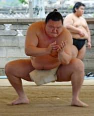 名古屋場所に向け、稽古する横綱白鵬(27日、名古屋市の宮城野部屋宿舎)=共同