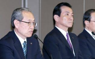 会長就任にあたり記者会見する志賀氏(右)と綱川現社長=2016年5月